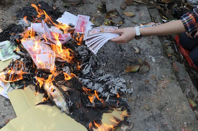 Bilder[Bild] - Qingming-Foto-Papiergeld Verbrennung (ID:114)